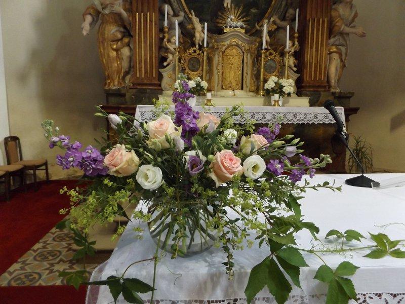 Vyzdoba Obradnich Sini A Kostela Svatebni Vyzdoba Ruzova A Fialova
