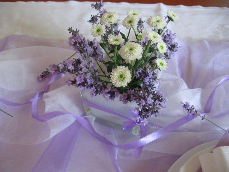 Svatba Bila A Fialova Dekorace Svatebniho Stolu